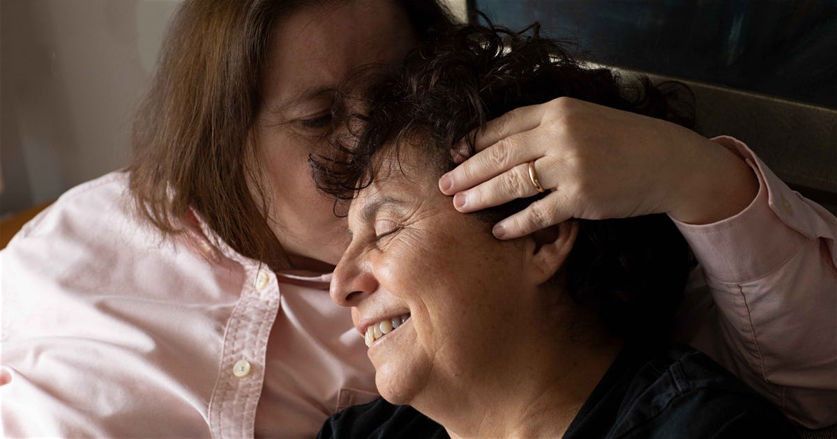 Susel and Gracia are shown smiling,while Susel kisses Gracia in the head.