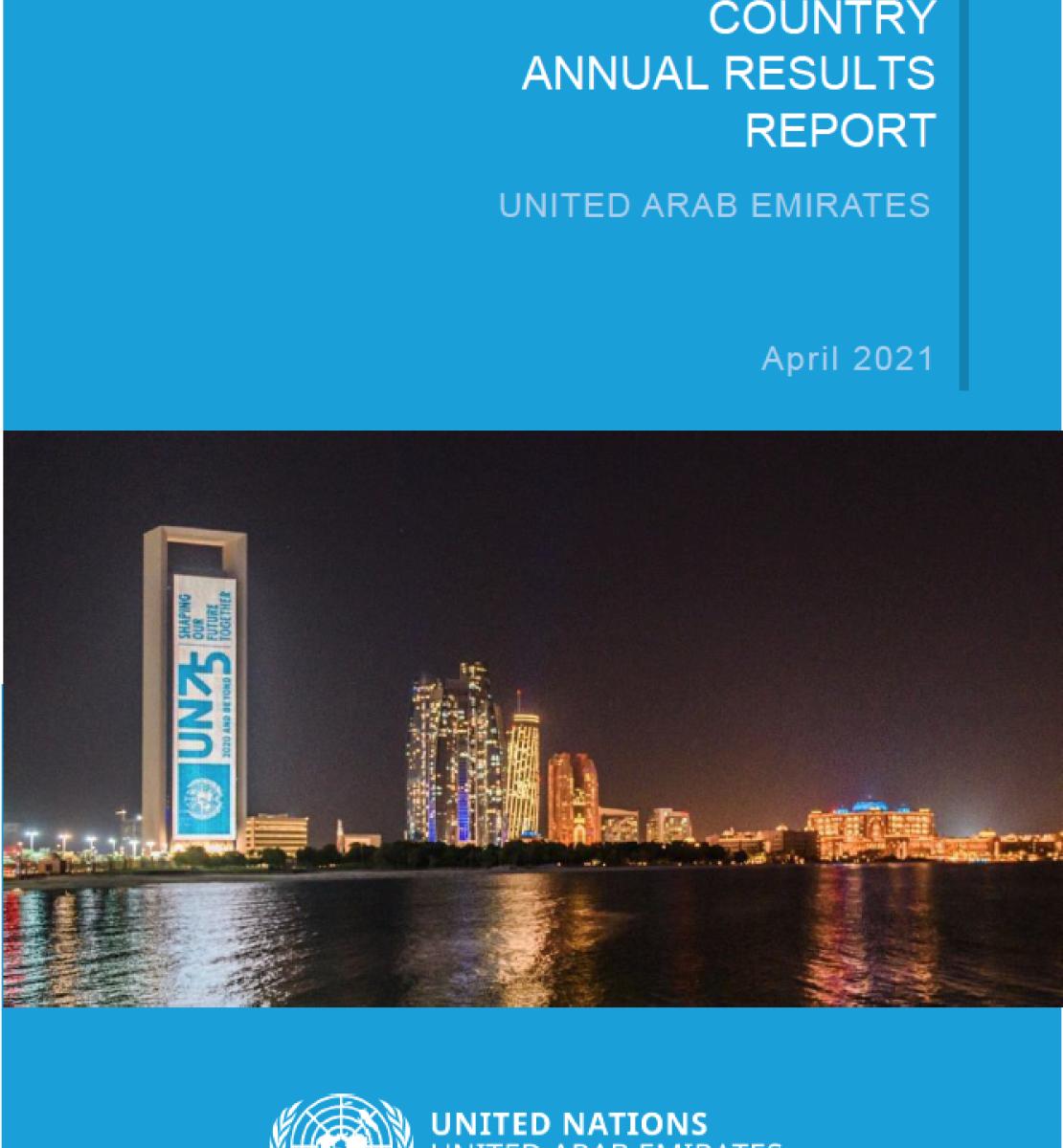 Couverture de rapport de couleur bleue sur laquelle figurent, en lettres blanches et en anglais, le titre « Rapport annuel 2020 des Nations Unies sur les résultats par pays pour les Émirats arabes unis » ainsi que le logo de l'ONU, en bas de page. Au milieu de la couverture se trouve une photo montrant une baie et des bâtiments illuminés de nuit, avec notamment, à gauche, une grande tour sur laquelle est affiché un gigantesque panneau où l'on peut lire « UN 75 ».