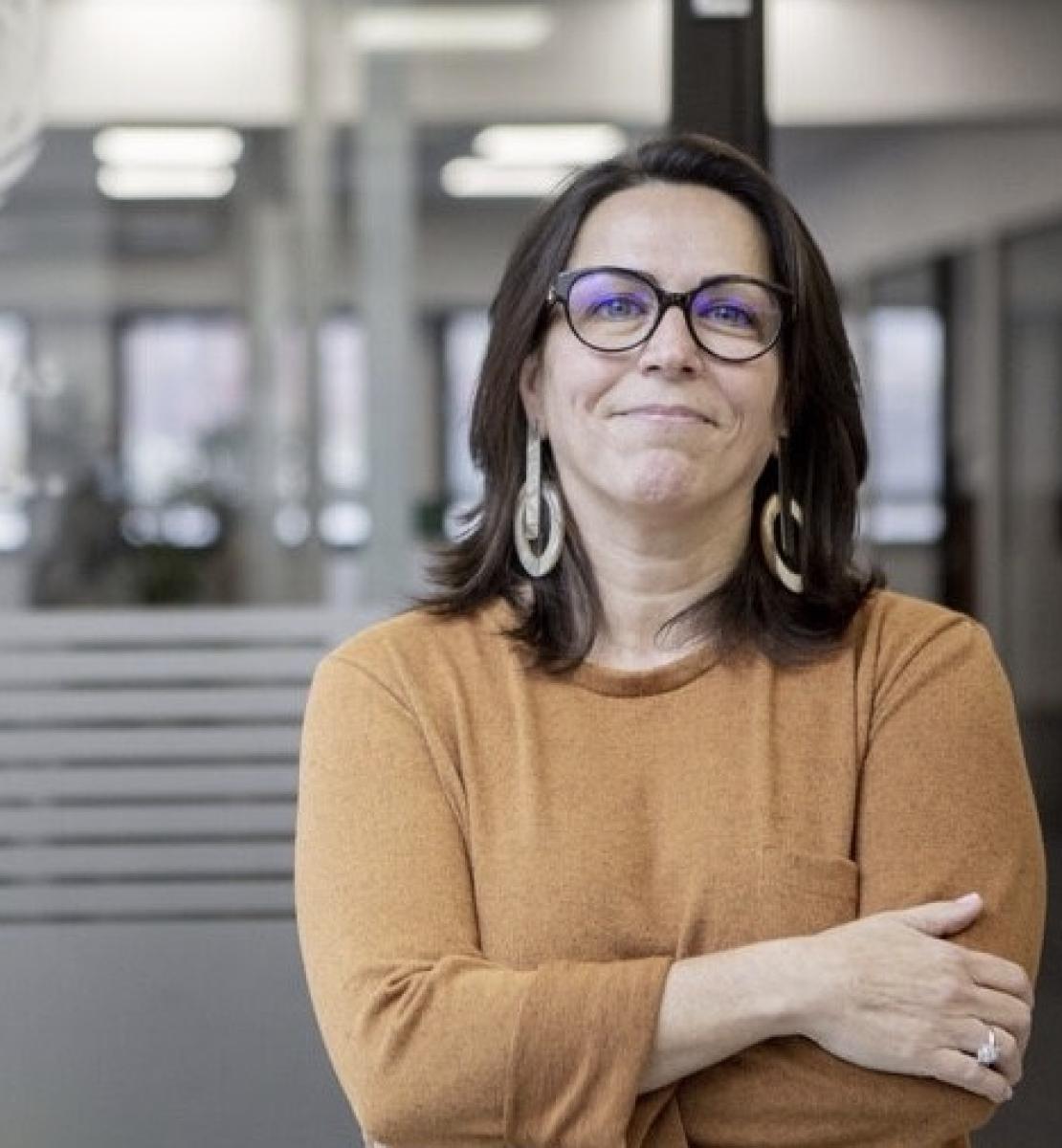Mireia Villar Forner, de l'Espagne, est la nouvelle Coordonnatrice résidente des Nations Unies en Colombie. Elle porte des lunettes et se tient debout, face à la caméra, les bras croisés, dans un bureau de l'ONU.