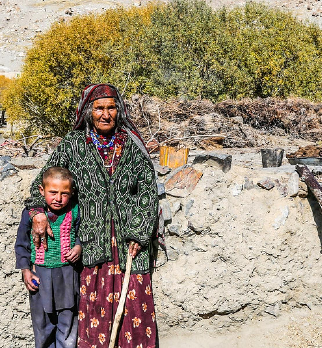 一位年长的妇女搂着一个年幼的孩子