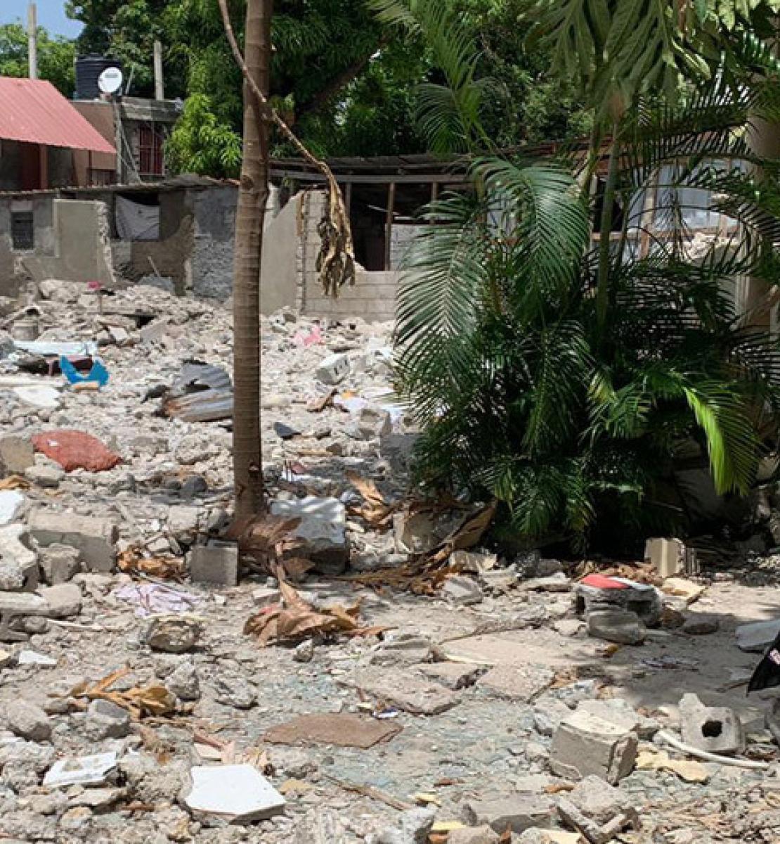 La Vice-Secrétaire générale des Nations Unies, Amina Mohammed, se tient au milieu de ruines, devant ce qui était autrefois des maisons.
