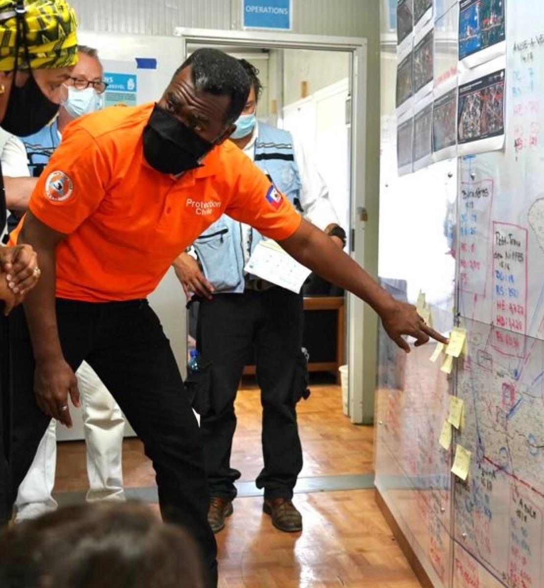 一名救灾小组成员向副秘书长阿米娜·穆罕默德介绍救灾计划。