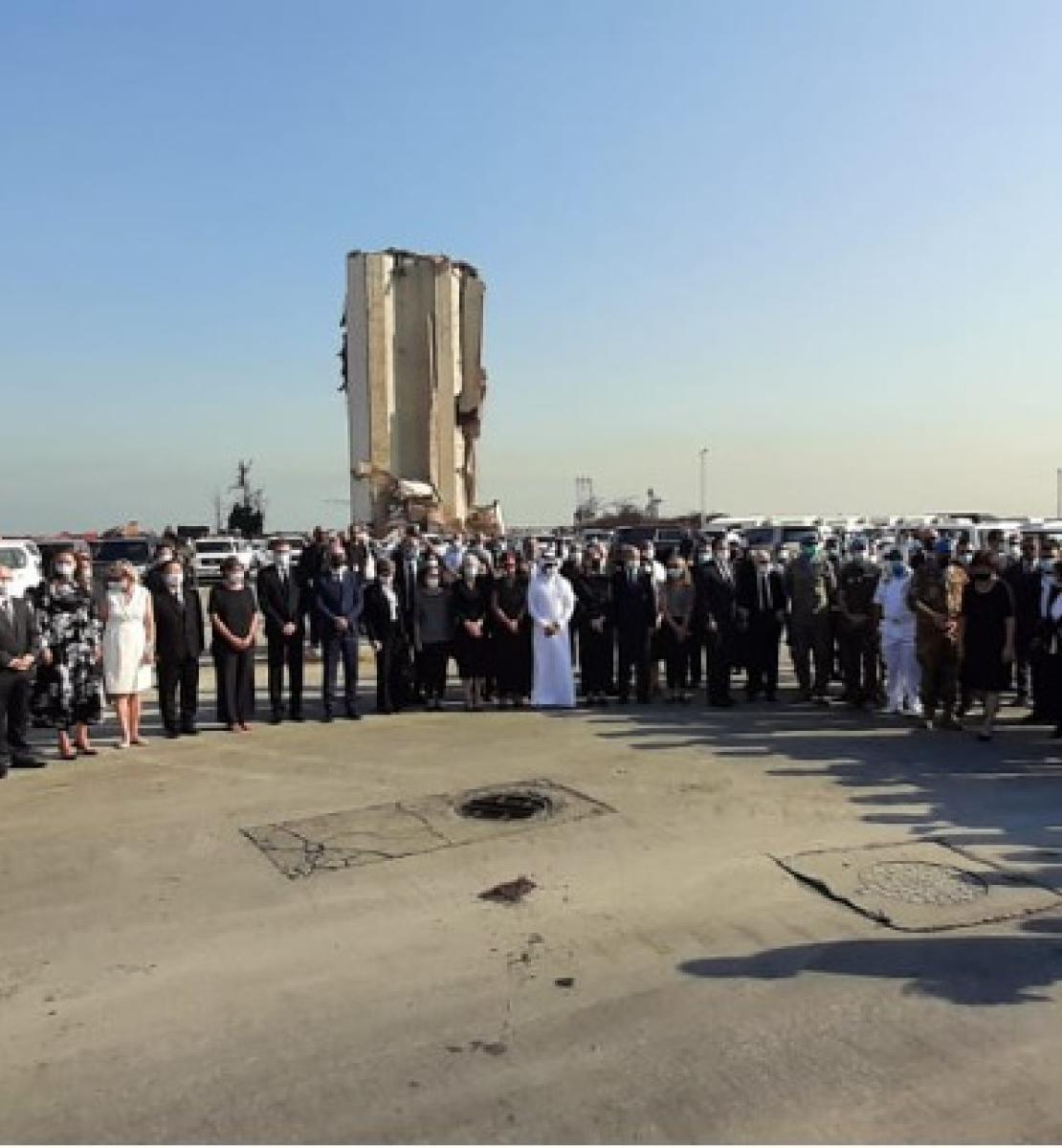 El personal de las Naciones Unidas y el Cuerpo Diplomático en el Líbano permanecen juntos en el exterior mientras guardan un minuto de silencio en honor de las personas que murieron en las explosiones del puerto de Beirut.