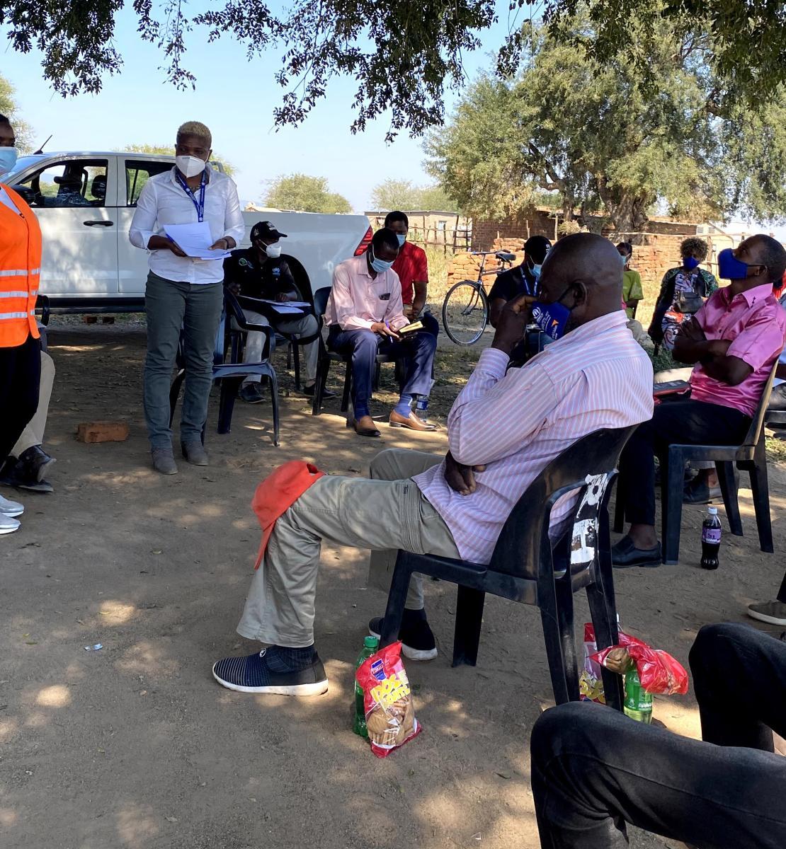 Personal de la ONU frente a un grupo de refugiados y solicitantes de asilo en el campo de Tongogara.